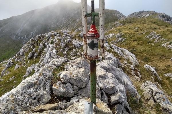 Cima de Elurzuloak (1430 m) con Aratz al fondo