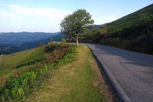Descenso paralelo a la carretera hasta curva de herradura