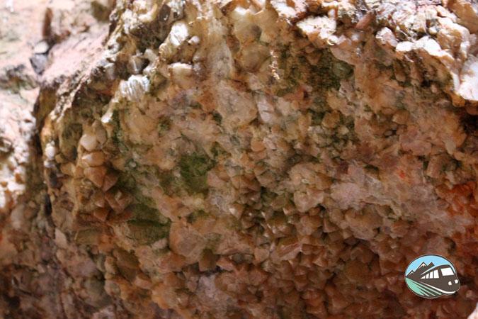 Cristales incrustados en la roca - Las Lagunas de Ruidera