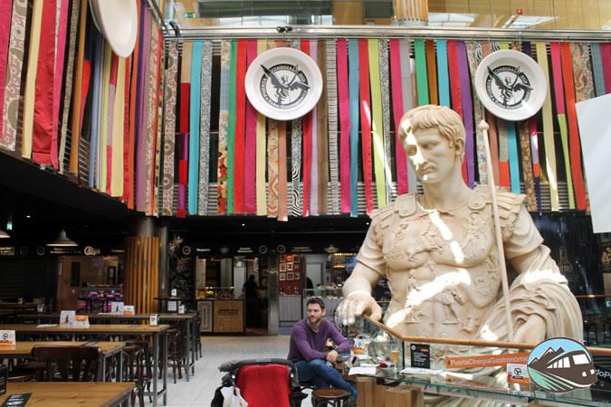 Cesar gigante de la Puerta Cinegia Gastronómica - Zaragoza