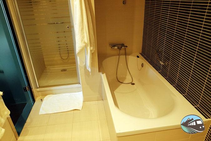 Baño con duña y bañera – Hotel Ilunion Atrium