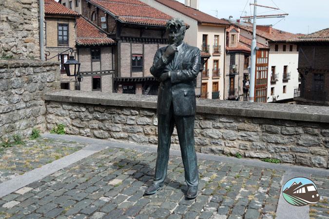 Estatua de Ken Follen - Vitoria