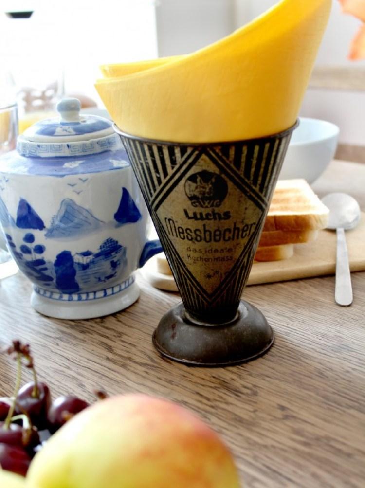 Desayuno-berlines-servilletero-en-medidor-de-liquidos-antiguo