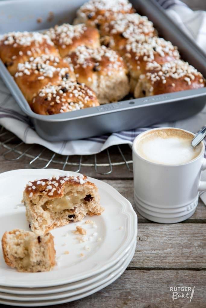 Spelt-paasbroodjes met mueslimix en amandelspijs