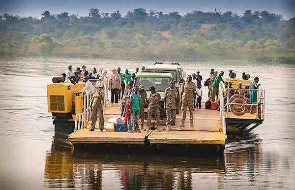 Bac Ferry pour piétons et voitures - Circuit safari 8 jours Ouganda Rwanda