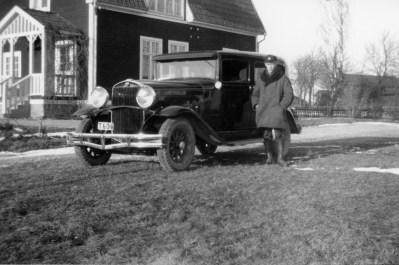 Gösta Lundgren framför sin taxi. Rya skola 1930-tal