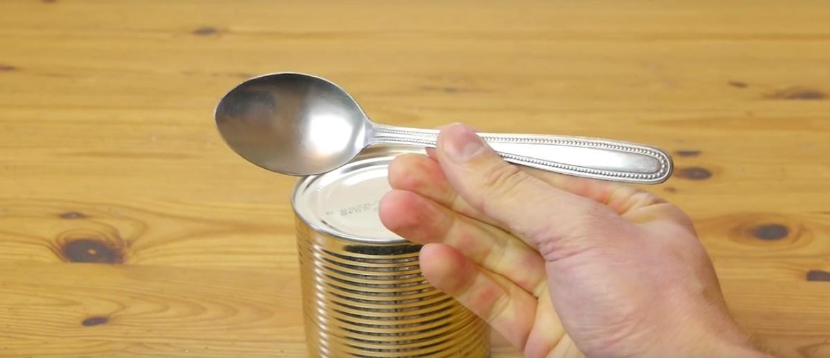 Jak otevřít konzervu bez otvíráku? Pomocí lžíce!
