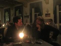 Lasciato il palco, Luigi e Alberto si uniscono al tavolo