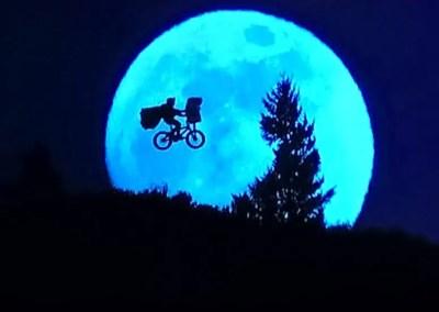 La scena del volo in bicicletta