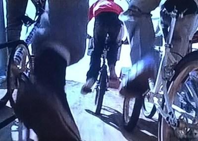 I ragazzi corrono a soccorrere Elliott in sella alle loro BMX
