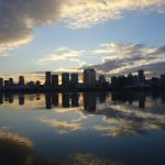 淀川の川面に浮かぶ梅田ビル街からの初日の出