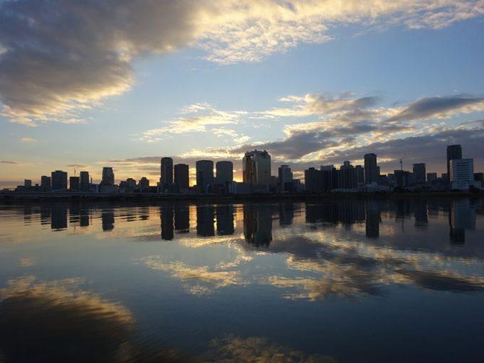 淀川を挟んで梅田方向からの日の出
