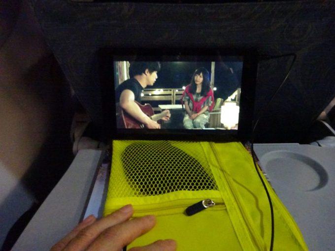 機内ではタブレットで映画鑑賞