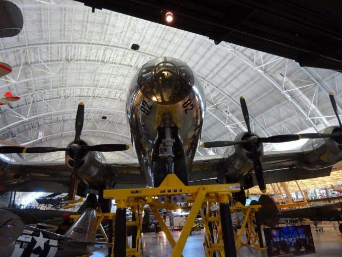 B29戦略爆撃機エノラゲイ正面から
