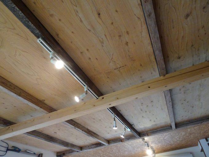 天井にはライティングダクト