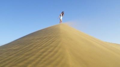 girl-on-sand-dune-280028_640