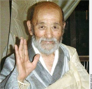 Photo of Tangen Roshi waving
