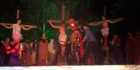 """Homem agride ator tentando """"salvar"""" Jesus em cena de crucificação"""