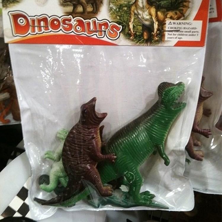 3 - Dinossauros de brinquedo colocados nas posições mais inadequadas