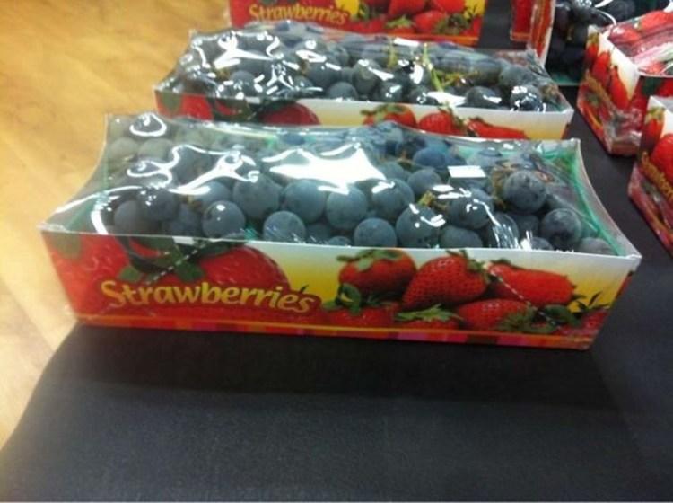 6 - Caixa de morangos repleta de uvas