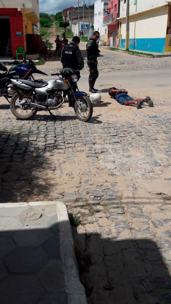 Acusados imobilizados pela guarnição - Foto: Reprodução/ S1 Notícias