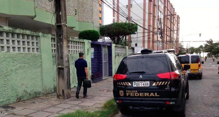 Policiais federais realizam operação no bairro de Casa Caiada, em Olinda, nesta terça-feira (11) — Foto: Elvys Lopes/TV Globo