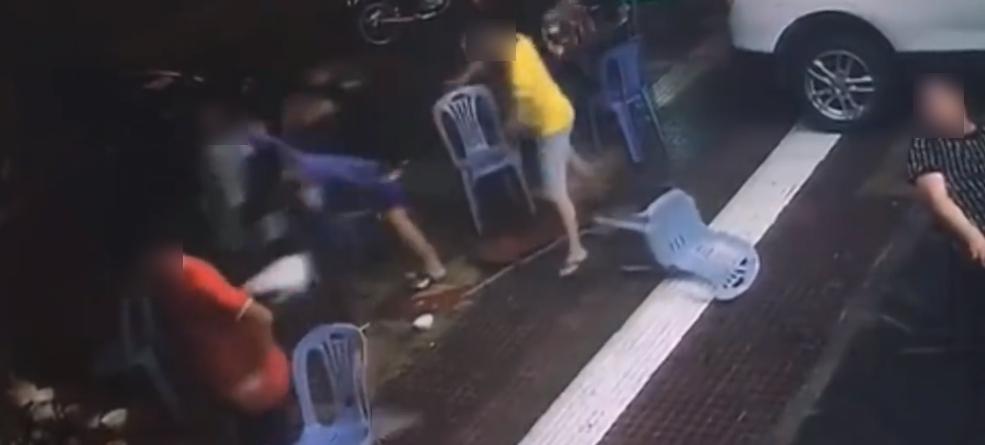 財神娛樂城-男友1秒被KO!短裙女路邊大戰2男 霸氣片流出
