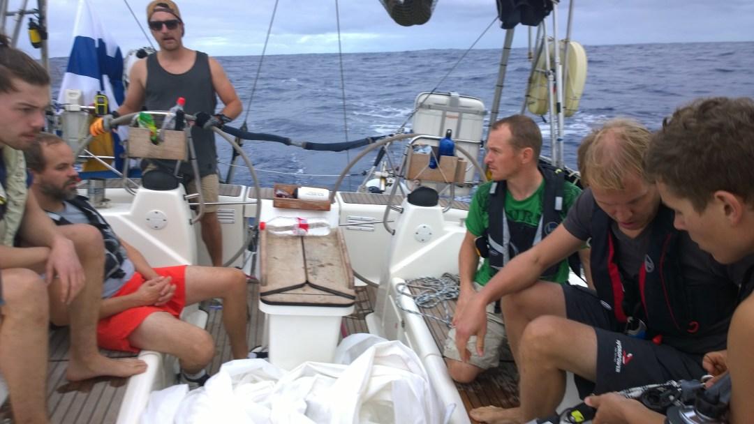 Coden tippumisen jälkeen pidettiin tiimipalaveri. Mikko ja Ville tsekkaavat rikki mennyttä fallia. Mastosta tippui O-rengas alas ja samalla tuli tietenkin koko purje tonttiin.