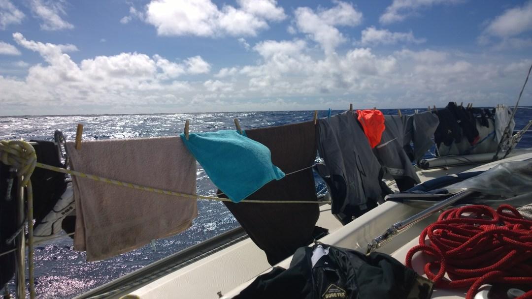 Veneelläkin pestiin pyykkiä. No ei kovin paljon, mutta piti heti ikuistaa, että olen pessyt nyrkkipyykkiä!