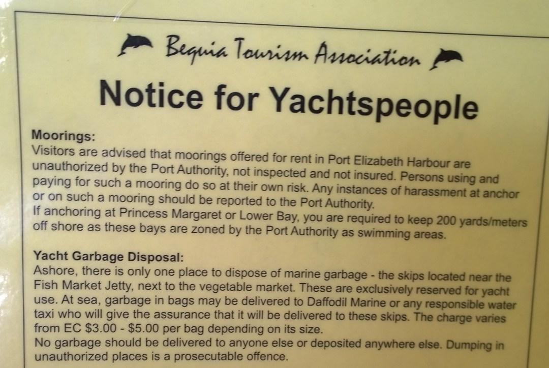 Tiedote poijuista veneilijöille tullirakennuksen seinällä.