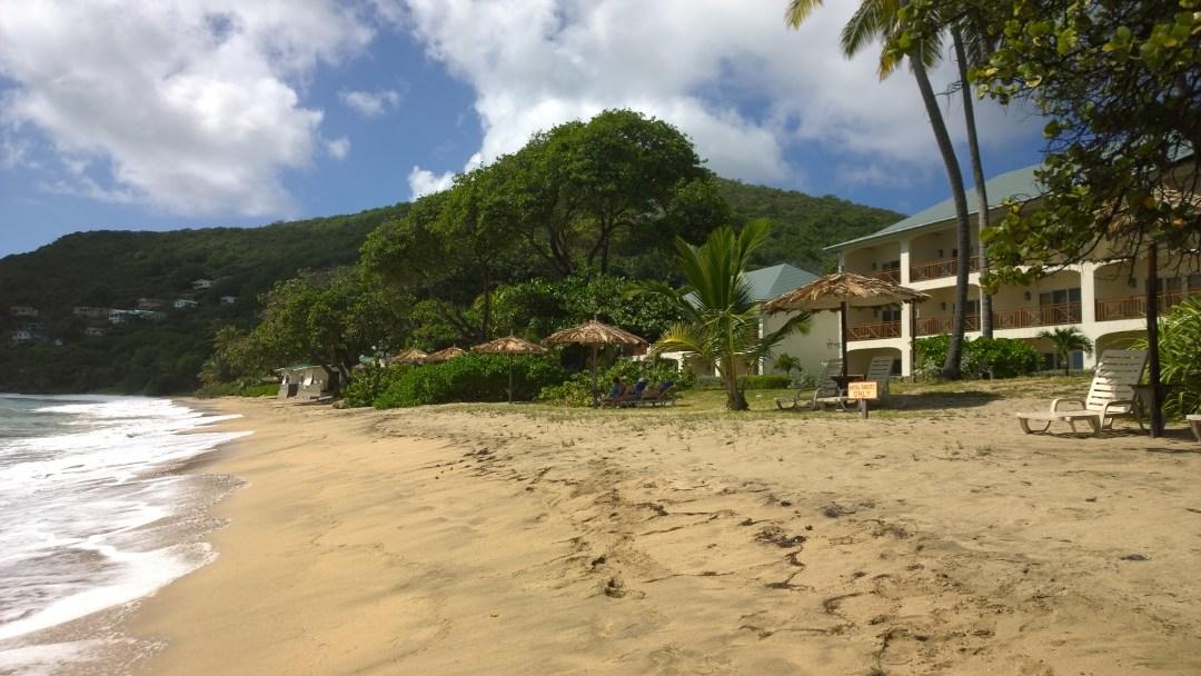 Hiekkabiitsi oli upean pitkä. Taustalla rantahotelli ja ravintola.