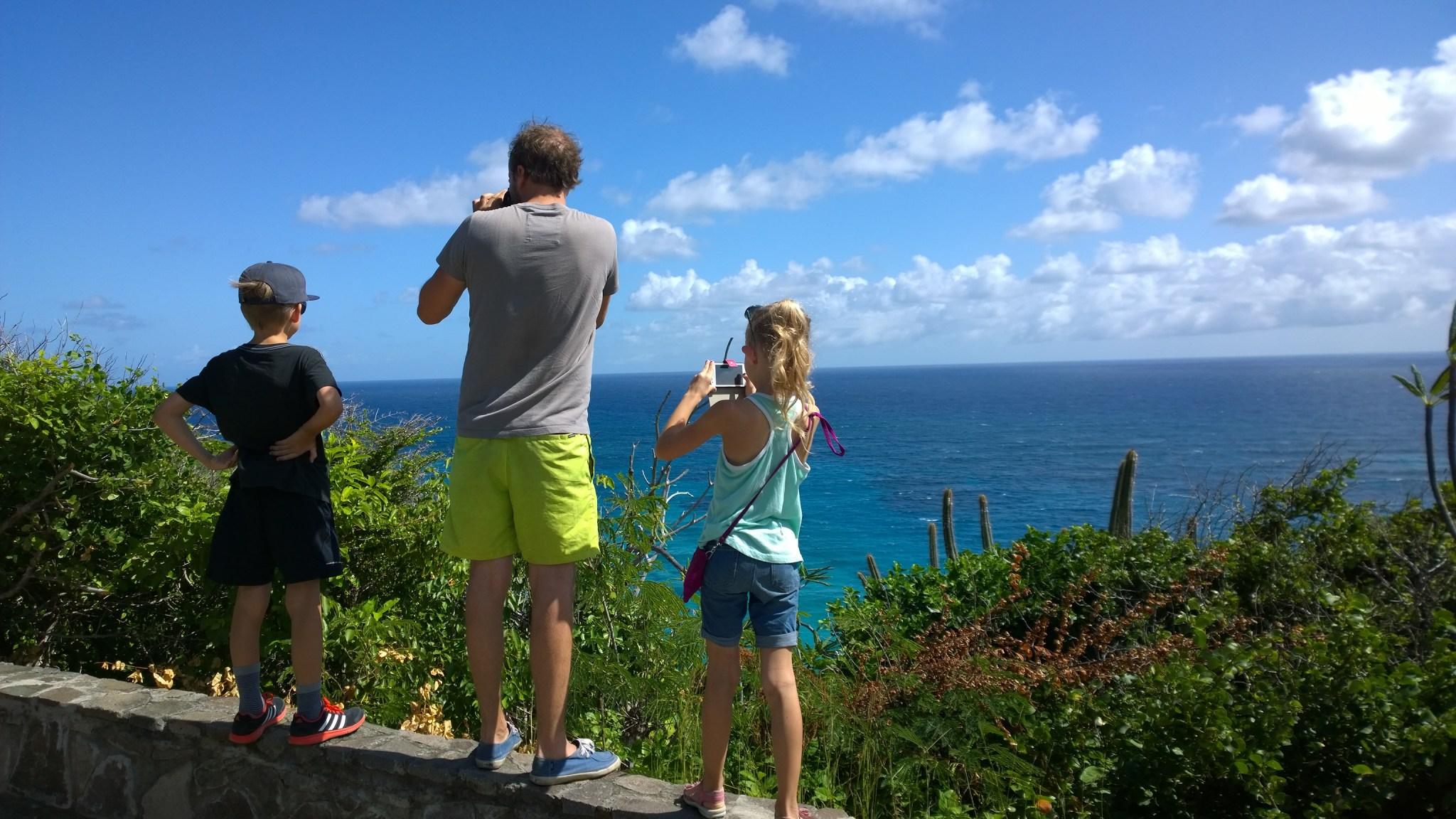 Otto, Jaakko ja Hertta kuvaamassa Mustique-tourin näköalapaikalla. Jaakko kuvaa yhtä saaren hillittömimmistä villoista.