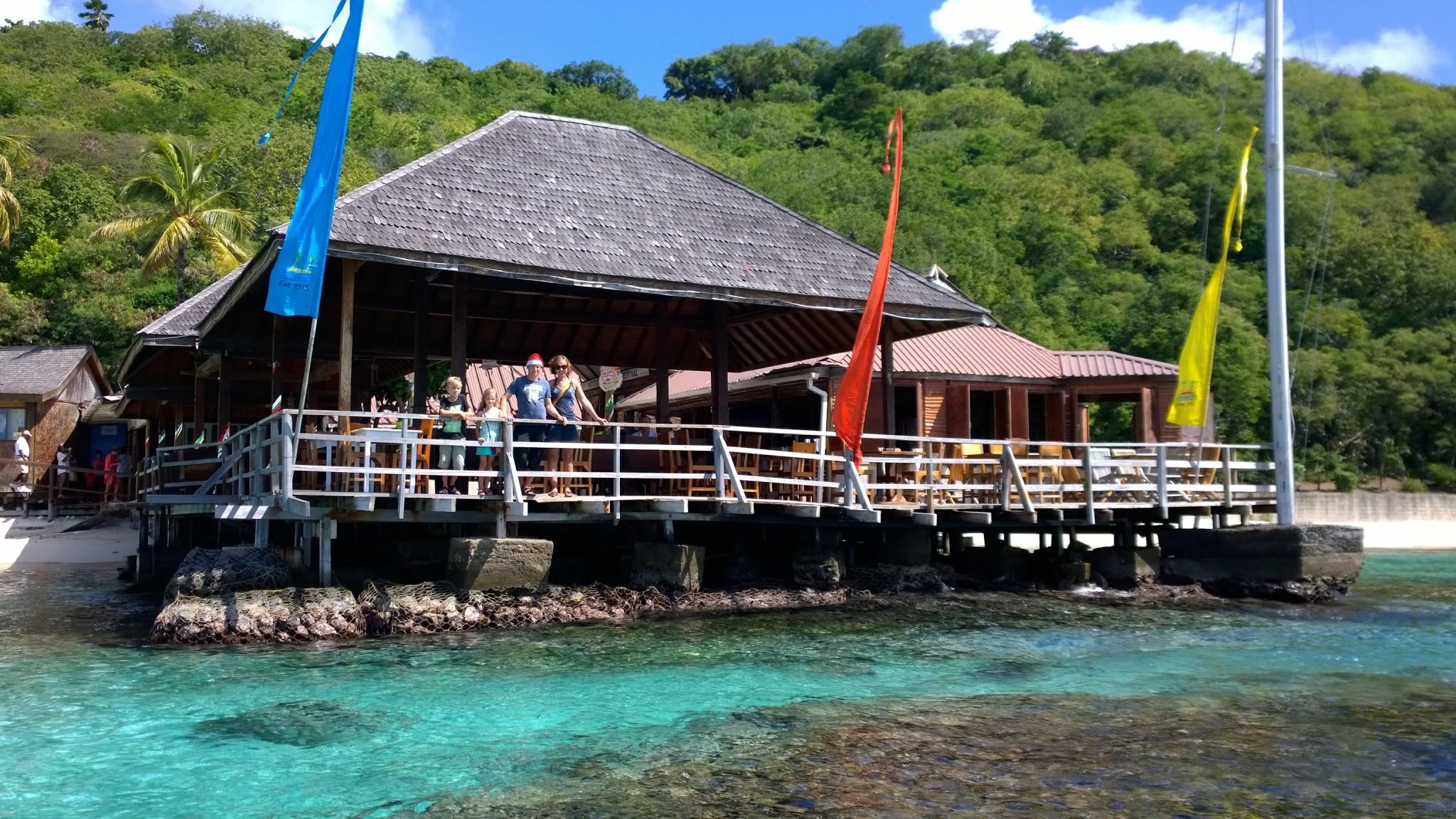 Basil's Bar mereltä katsottuna ja tuttuja kaiteella!