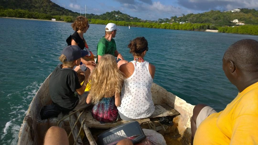 Pikkuveneen jokainen istuin oli pettänyt, niin että keskiosa oli istuimen reunoja alempana. Reissun jälkeen oli pakko vaihtaa vaatteet, koska rikkonaisesta veneestä irtosi kutittavaa lasikuitupölyä.