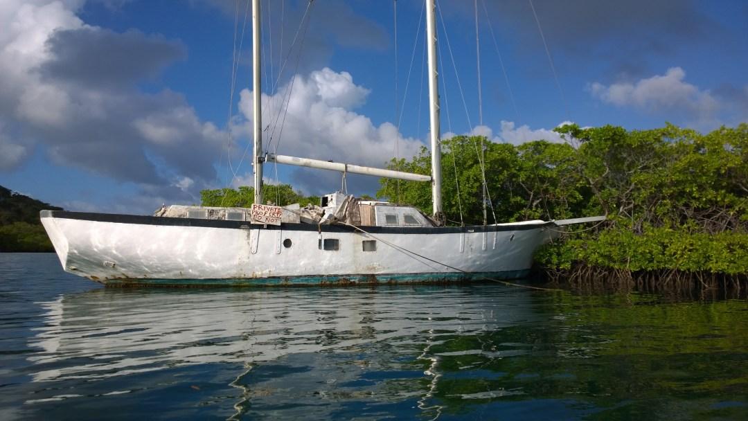 Rämettä käytetään hurrikaanin aikaan veneiden säilytyspaikkana. Tämä paatti on jäänyt aika kauan sitten paikoilleen rämeelle.