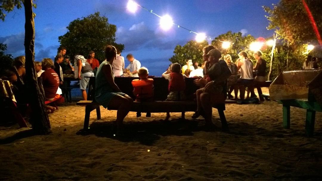 Ravintola oli todella tunnelmallisesti järjestetty rantaan.