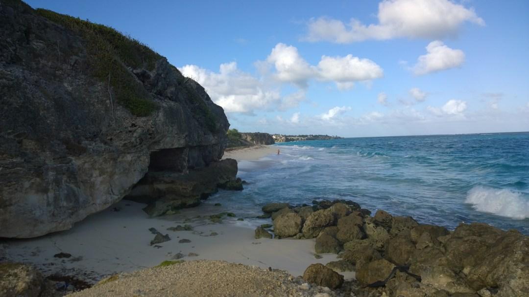 Reitti rannalle edellytti pientä kahlailua aallokossa, mutta tämän kallion takana oli huippuhyvä hiljainen ranta!