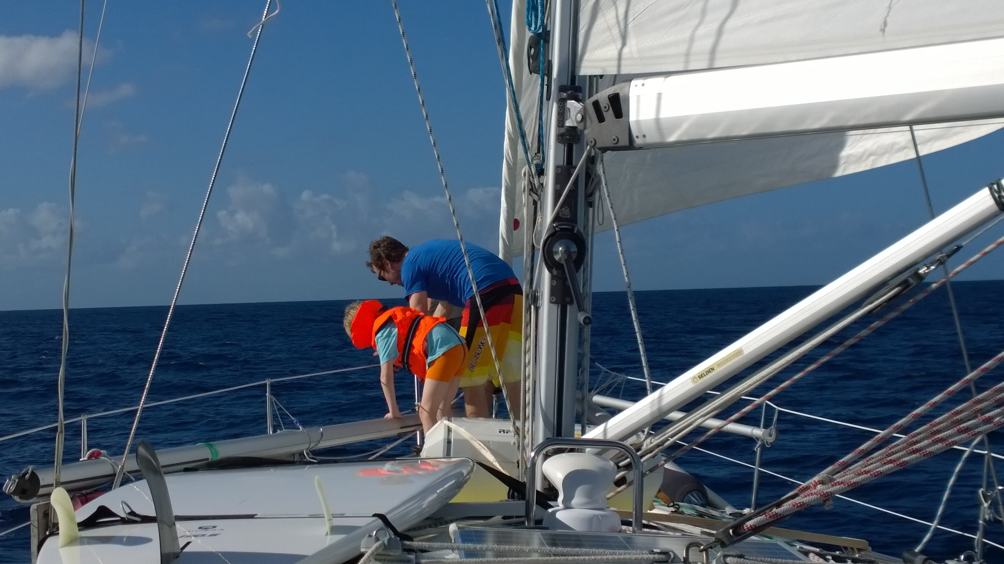 Sen sijaan delfiinit tulivat moikkaamaan! Kaverit ui aivan keulassa veneen ali ja ympäri.