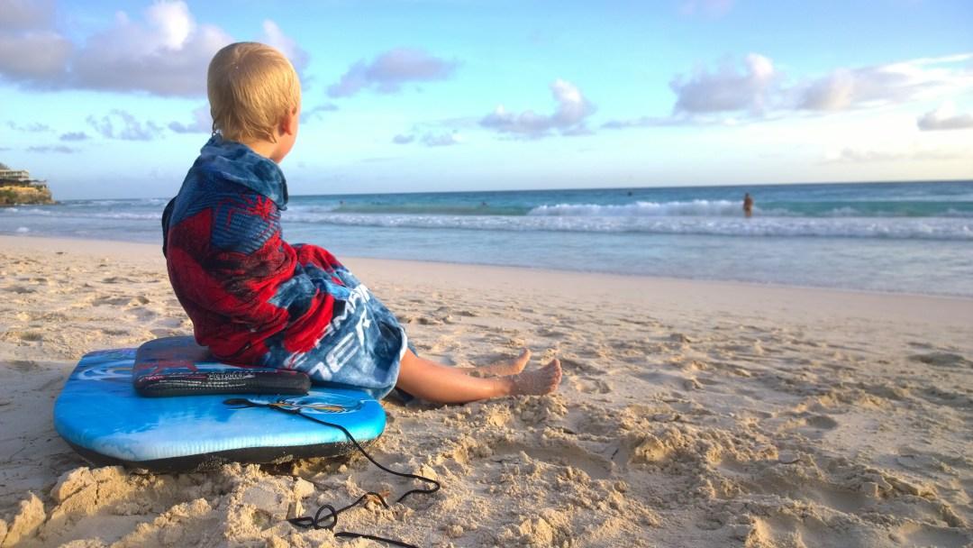 Tuleva surffipoika tsekkaamassa aaltoja. Alla juuri ostettu bodyboard, jolla otettiin hurjia liukuja aalloissa.