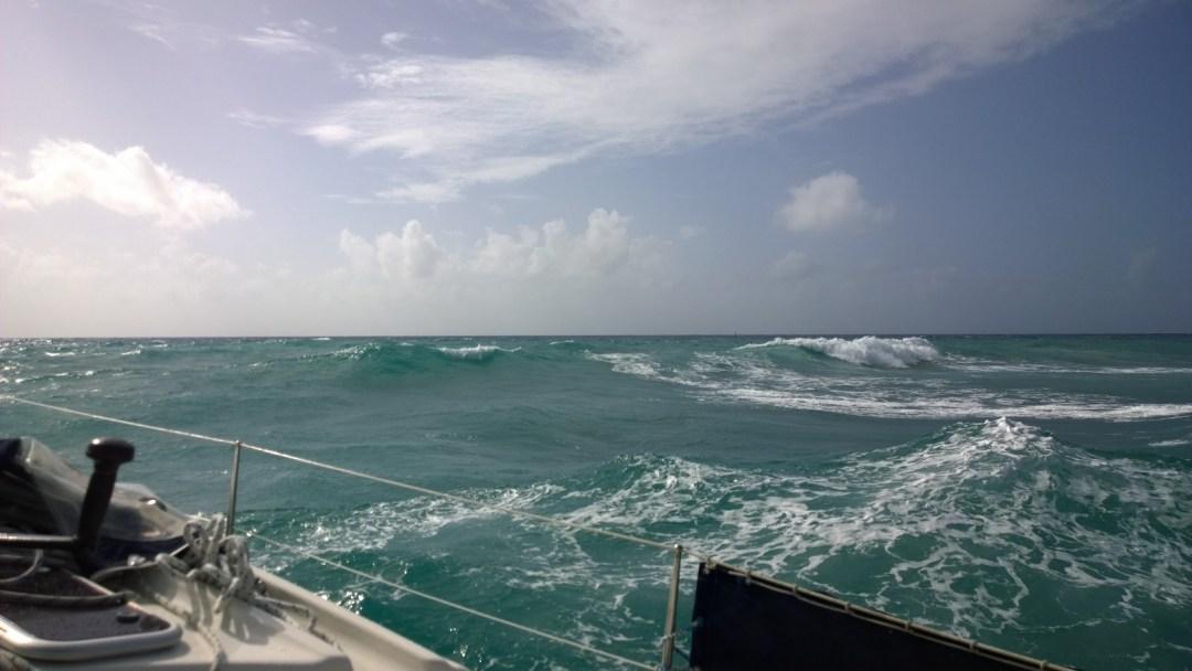 Kuvissa aallot eivät yleensä näytä miltään, mutta livenä oli aika isoa breikkaavaa aaltoa veneen vieressä.
