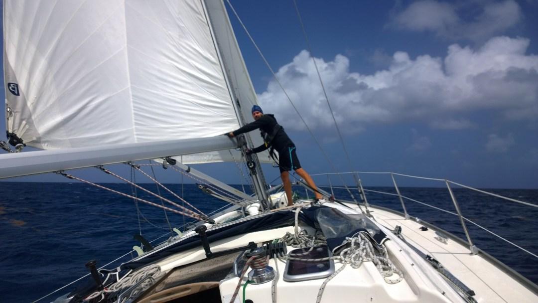 Storaa ulos! Jaakko on kannella vääntämässä kampea. Storan ulos- ja sisäänveto hoidetaan meidän veneessä mastolta. Se on ehkä vähän heikko juttu kovassa kelissä, ketään ei oikein kiinnosta mennä mastolle vinssailemaan.