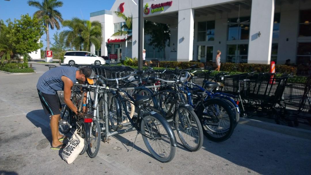 Kaupoissa pyöräparkit! Oikeasti, ensimmäinen kerta!