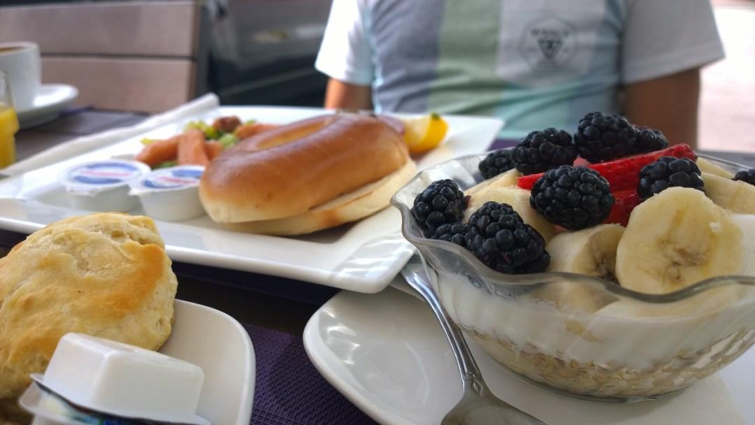 Kävimme syömässä aamupalan Penguin-hotellissa. Aamupala oli aika vankka, sen verran tuli aamu-urheiltua. Yksi lautanen täynnä kaikenmaailman mättöä ei mahtunut edes kuvaan.