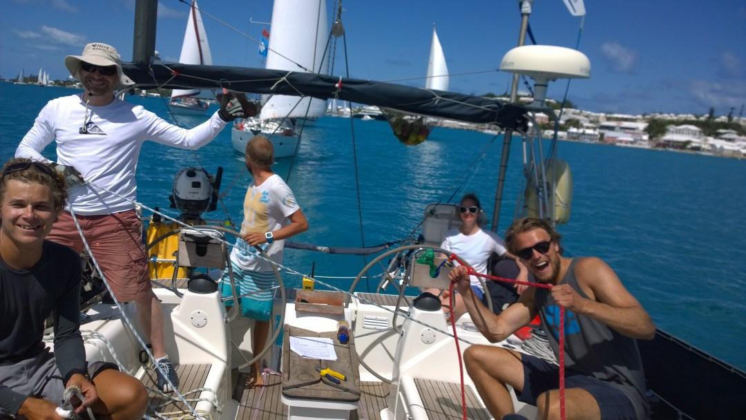 Startti takana, samoin muut veneet. Taustalla Bermuda. Hyvä meininki!