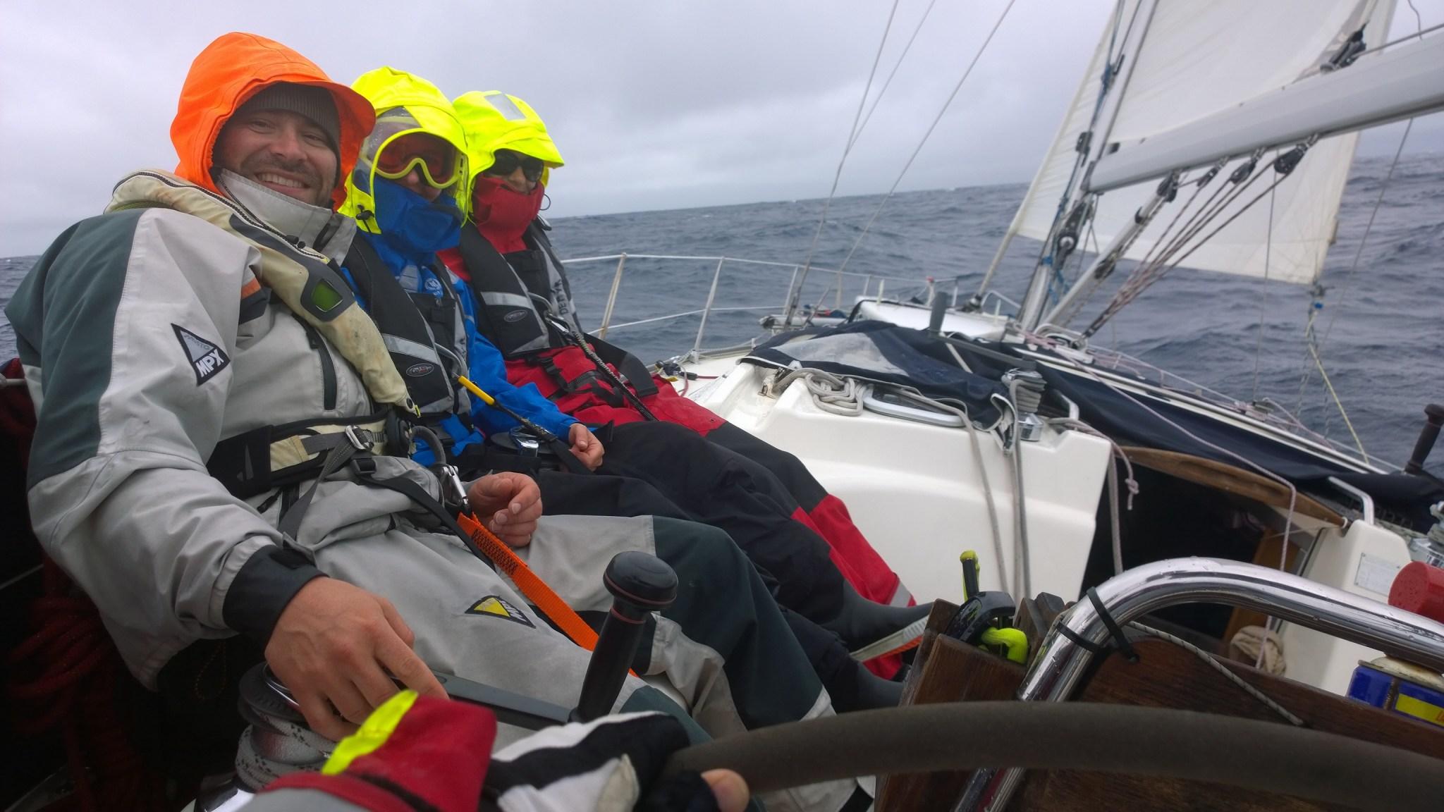 Jaakko ajaa ja Heikki, Nina ja minä hengataan. Kryssipätkä oli ainoa, jossa pelastautumispuvut oli käytössä. Jokaisella miehistön jäsenellä oli pelastautumispuku, joko normaali tai välikerrospuku.