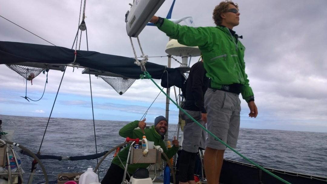 Heikki ja Ville etsivät pieniäkin merkkejä tuulesta. Jaakko keskittyy tiukasti ajamiseen.