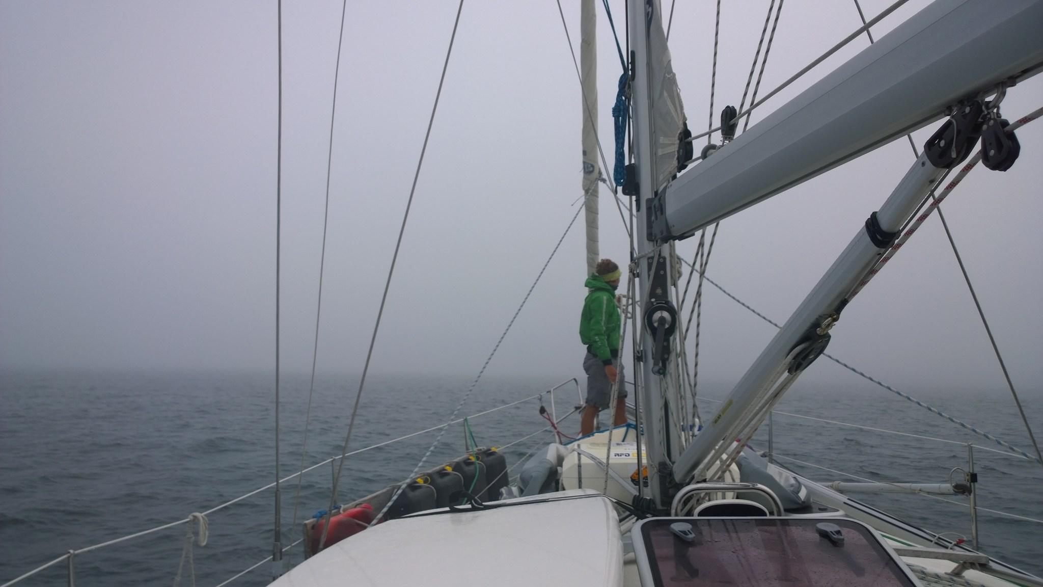 Tutun harmaata taas. Olemme juuri saapumassa Roscoffin satamaan. Allonmurtaja on tuossa parinsadan metrin päässä suoraan edessä.