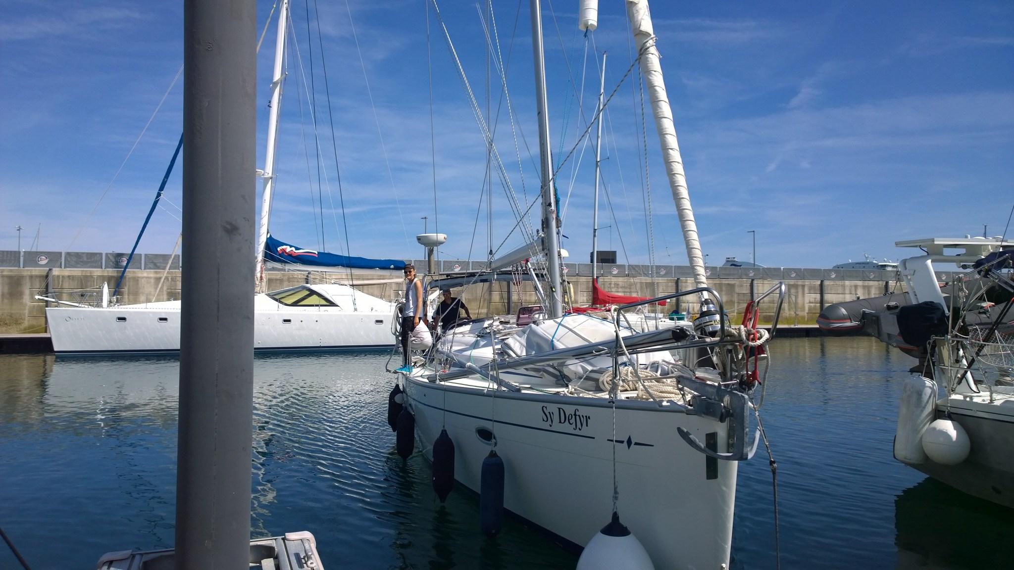 Vene on luovutettu isälle ja siskolle Roscoffissa. Ensimmäinen rantautuminen vuoden tauon jälkeen kahdestaan, kun vene siirrettiin satamassa toiseen paikkaan.