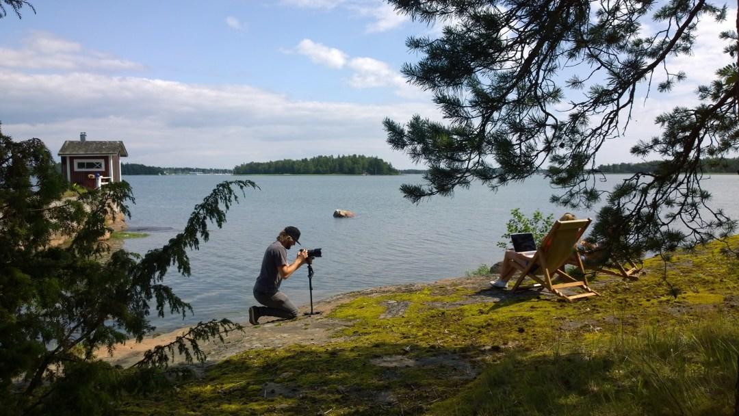 Jussi kuvaamassa rantatuolissa hengailua.