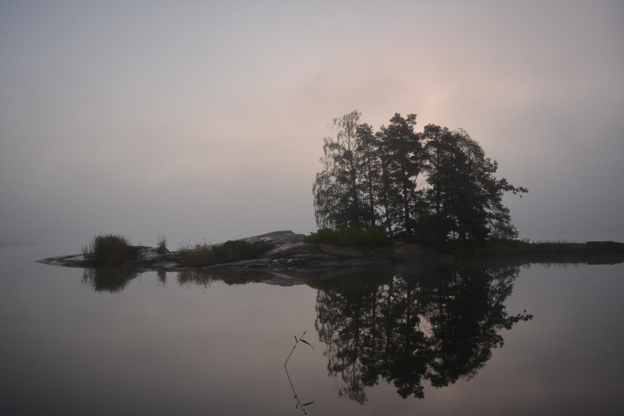 Pikkusaari aikaisin aamulla auringon ollessa vielä hyvin alhaalla.